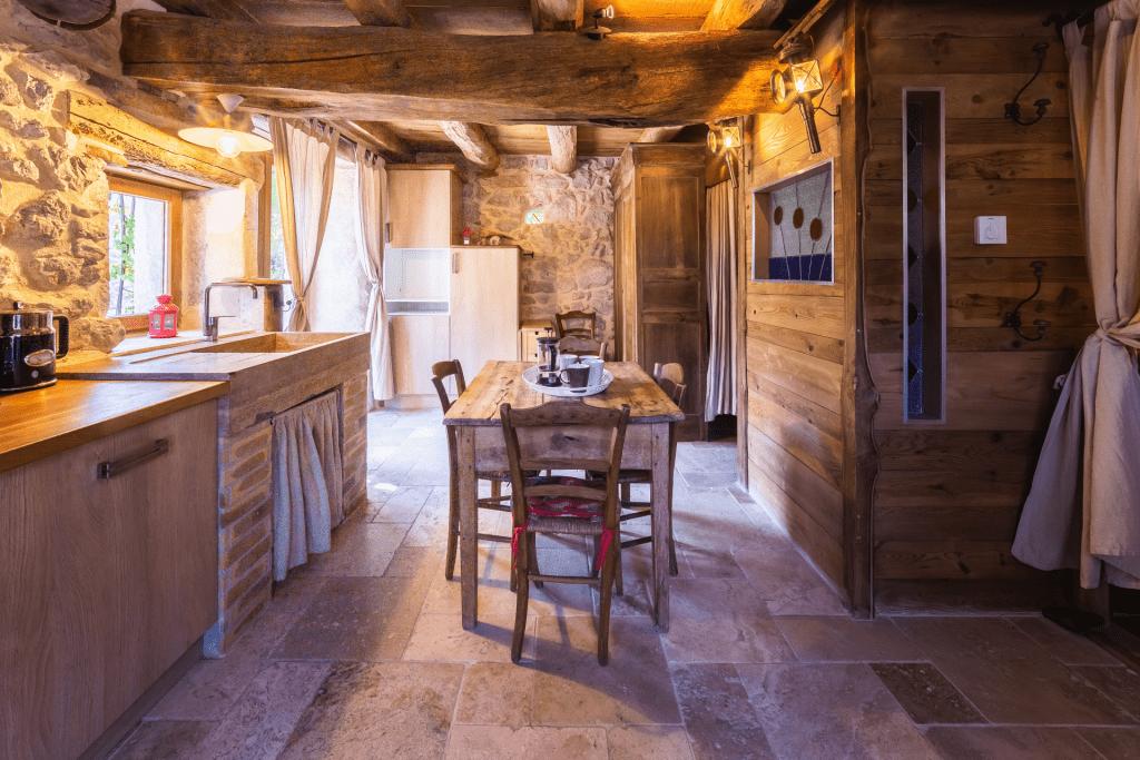 cuisine séjour gite 4 personnes vercors, decoration pierre, ancienne
