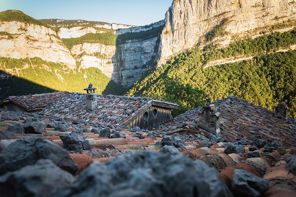 vue sur la montagne du vercors depuis les toits des gites en location