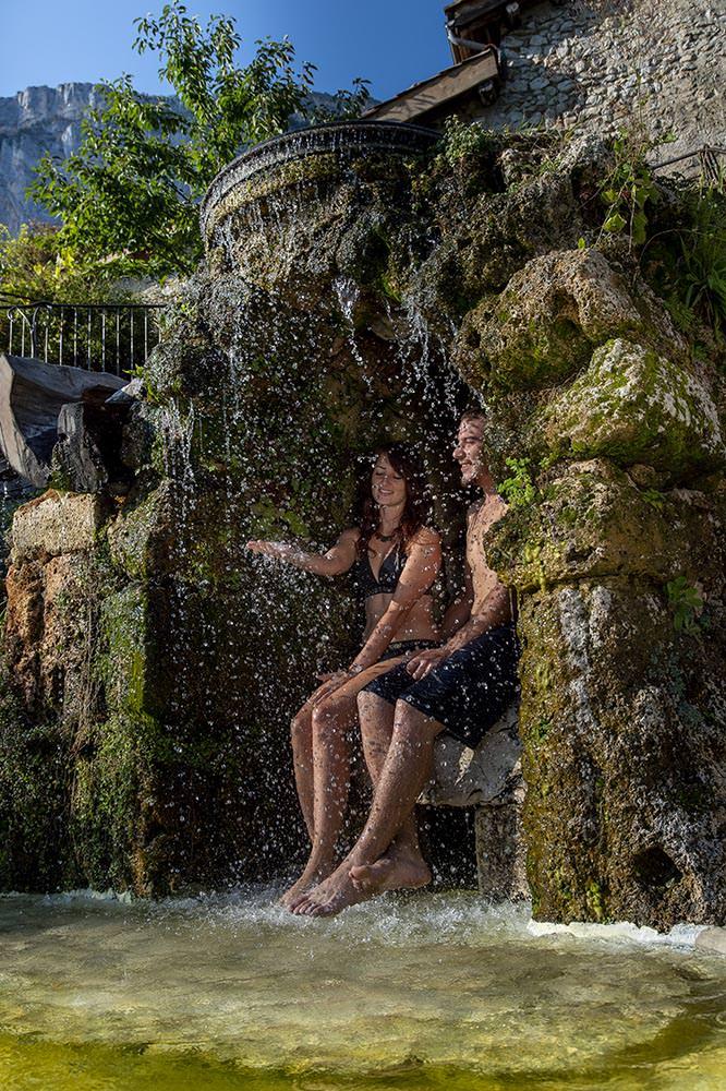 deux personnes sous la cascade naturelle gite vercors