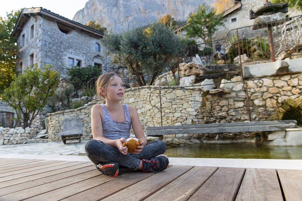 enfant au bord du bassin naturel dans le vercors