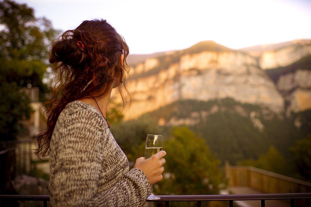femme qui boit une coupe de champagne avec la vue sur le vercors